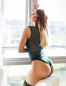 High Class Escort Girl am Fenster eines Kölner Hotels